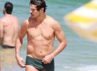 José Loreto curte dia de praia acompanhado de amigo na Barra da Tijuca, no Rio