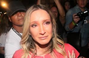 Claudia Leitte chora por causa dos fãs em camarote no Carnaval de Salvador