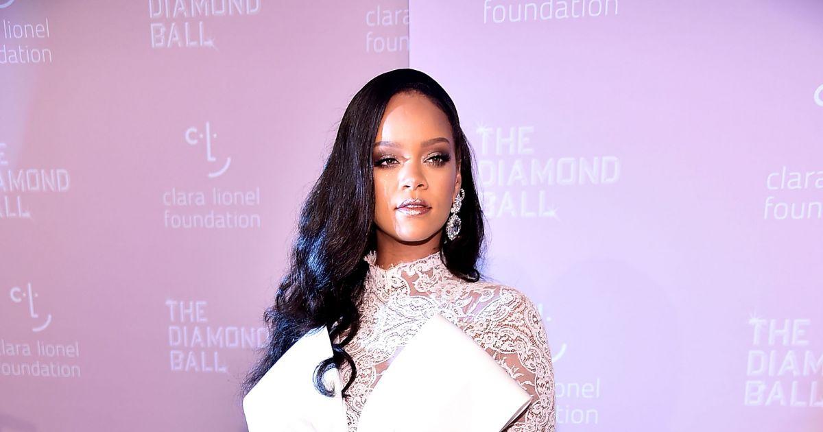 92be30ef160 Rihanna apostou em maquiagem leve