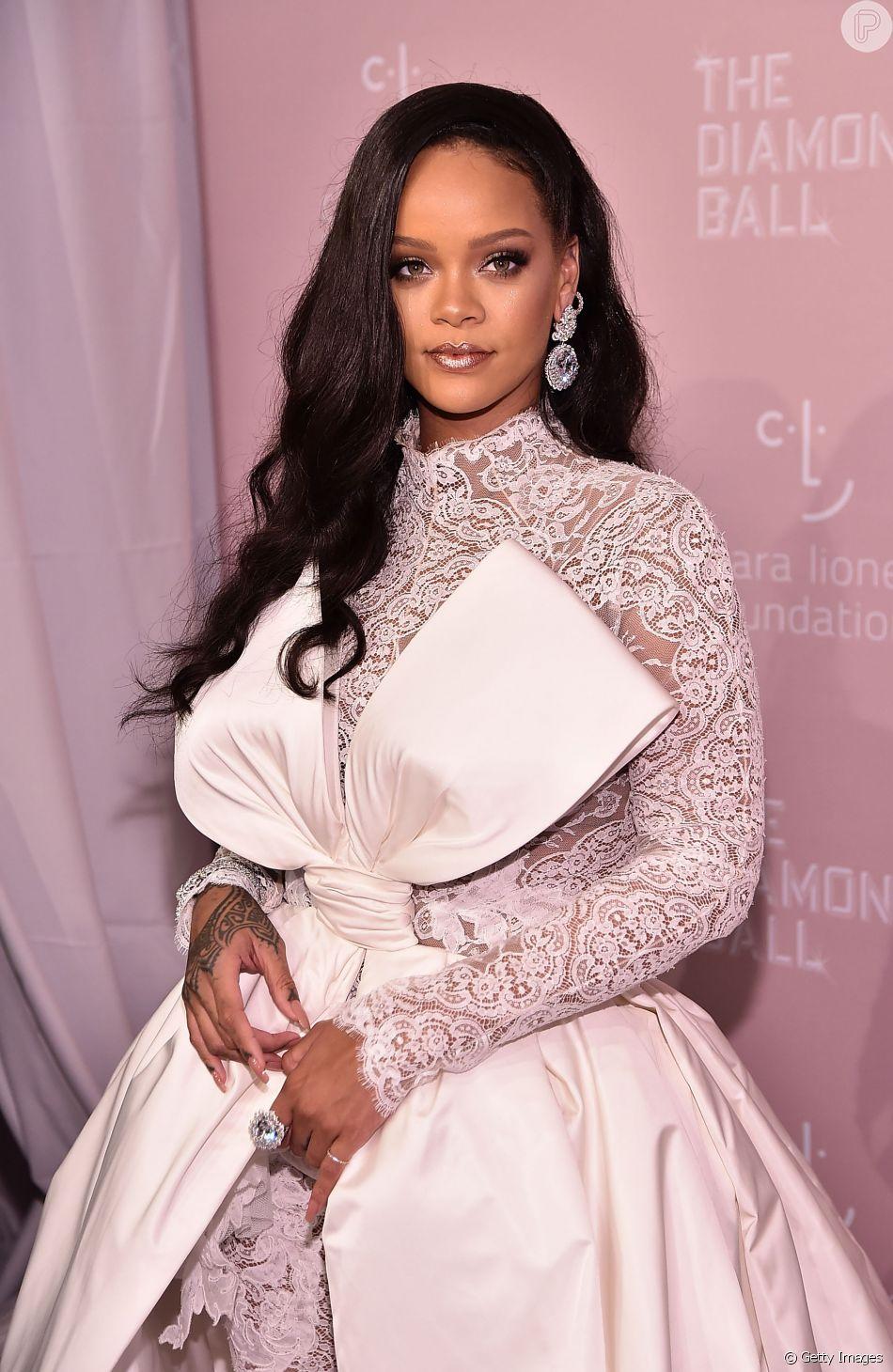 ee874d032bb Rihanna usou macacão de renda com laço gigante para promover o evento  beneficente