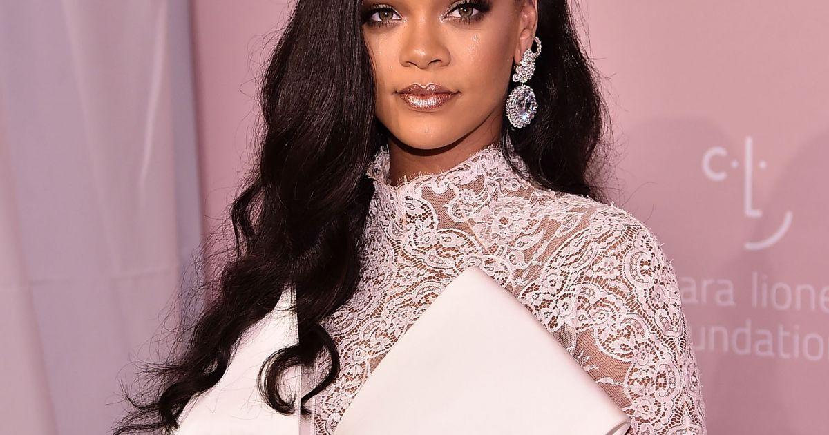 c0c8cf6f02f Rihanna usou macacão de renda com laço gigante para promover o evento  beneficente - Purepeople