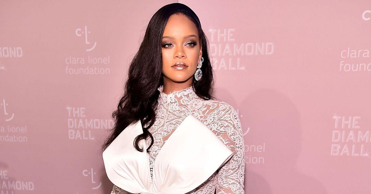 39044551908 Rihanna usa macacão de renda e chama atenção com laço gigante no Diamond  Ball. Fotos! - Purepeople