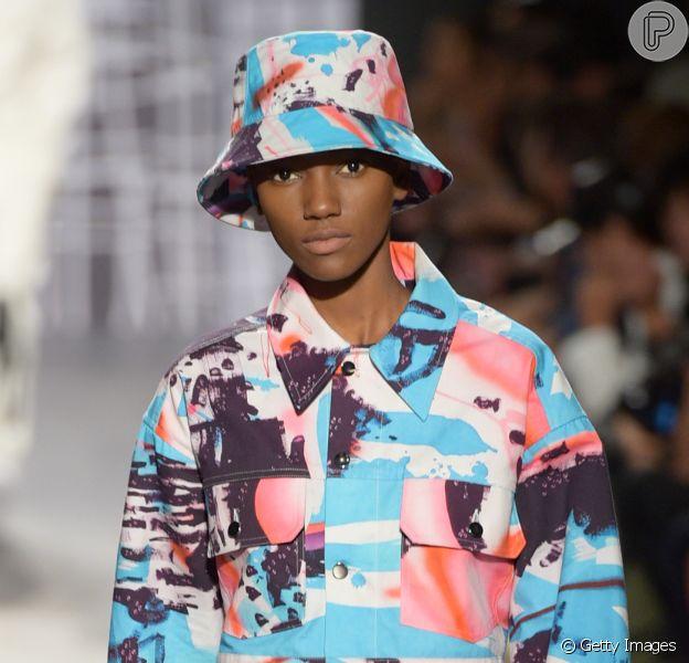 O Bucket Hat (ou chapéu de pescador) marcou a Semana de Moda de Nova York, aparecendo em passarelas como Michael Kors, Anna Sui e Phillip Lim. A moda foi muito vista no street style e desde o início do ano vem ensaiando a sua volta em marcas como Prada e Burberry