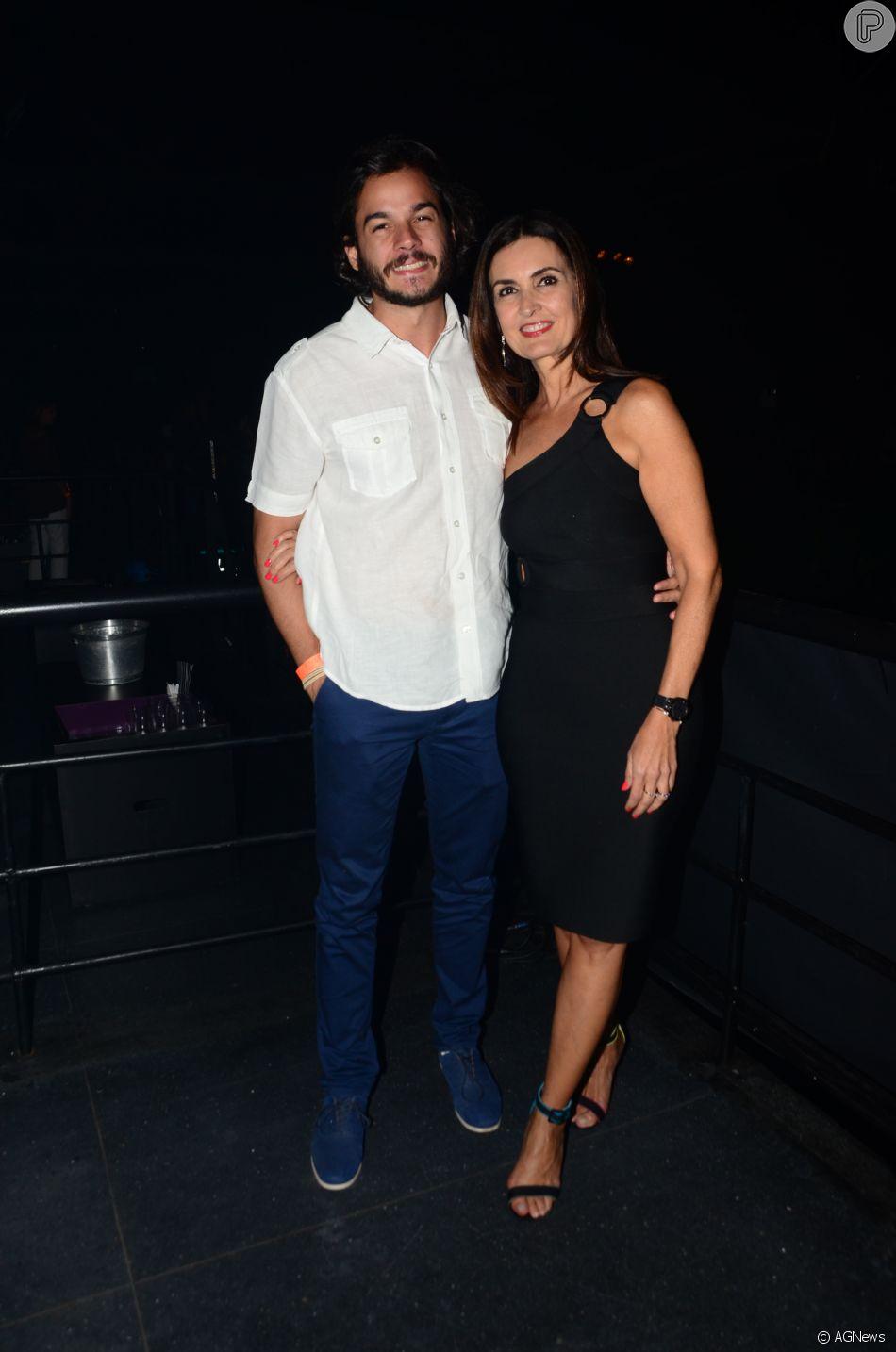 e073391e607c6c Fátima Bernardes dá beijo no namorado e comemora surpresa em ...