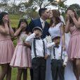 Jéssica Esteves e Daniel Rodrigues posaram dando o tradicional beijo de recém-casados
