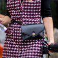 Pochete se firma como tendência inclusive nos looks do street style