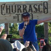 Michel Teló reúne fãs e amigos para churrasco em hotel: 'Tradição de família'