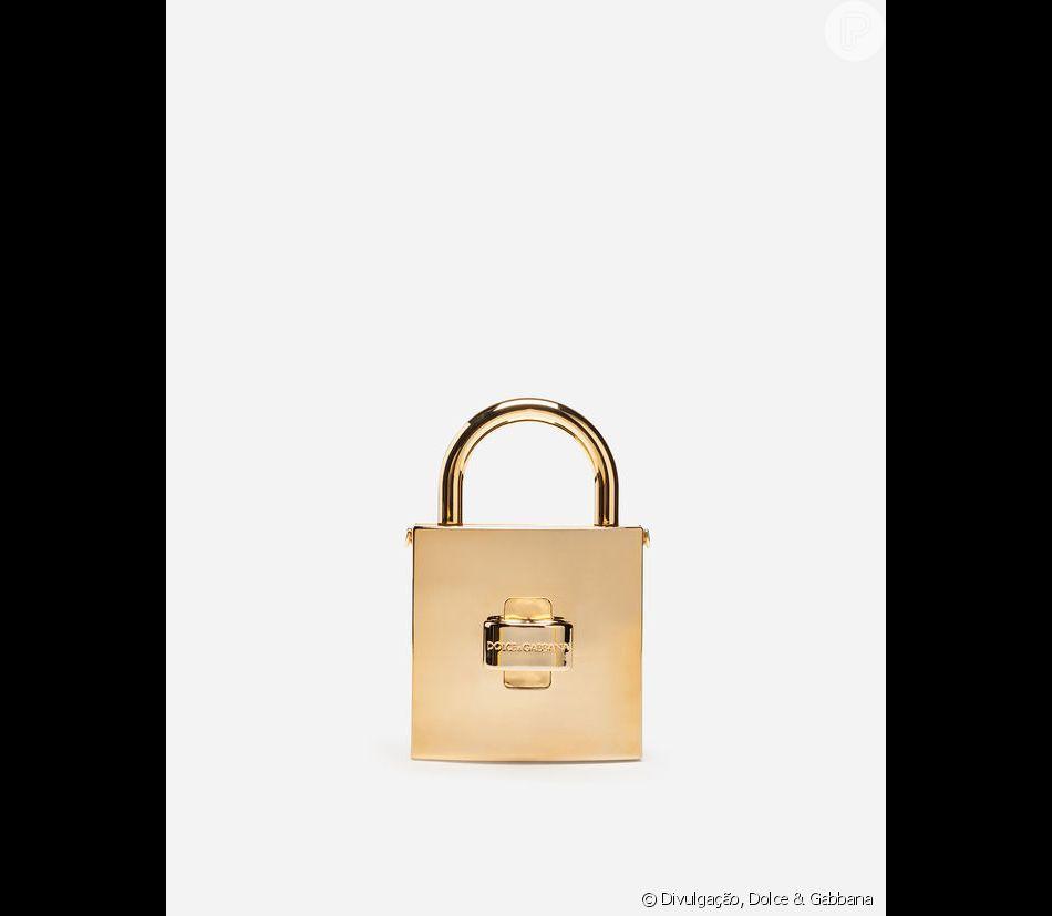53b04218c1 Bruna Marquezine escolheu a clutch Dolce Lock Me, inspirada em um cadeado e  disponível para venda por R$ 6,7 mil