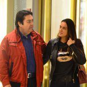 Fausto Silva passeia abraçado com a mulher, Luciana Cardoso, em shopping do Rio