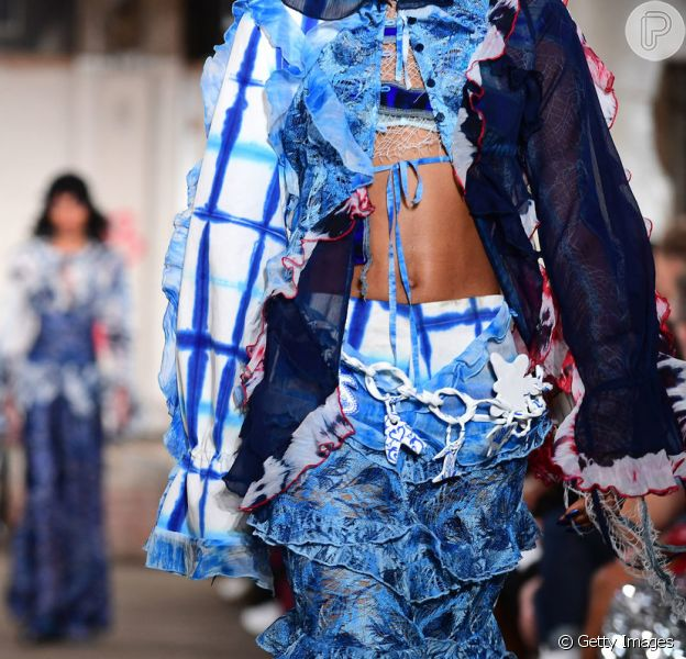Na Semana de Moda de Londres, a grife ASAI apostou no tie dye azul em peças mais modernas