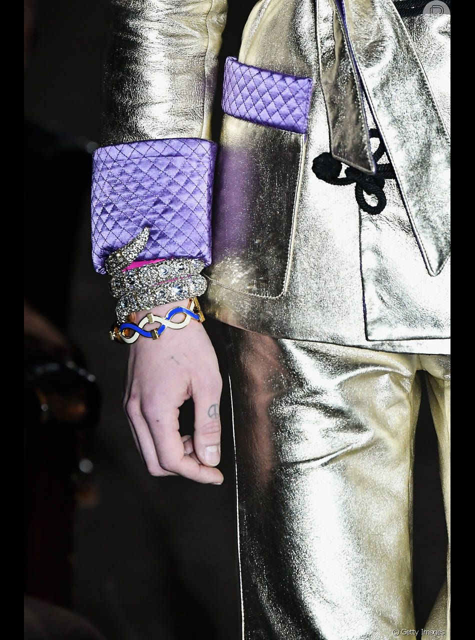 Pulseiras de cobra: Gucci fez um pulseirismo glamouroso no desfile de Paris, misturando 2 pulseiras em estilo bracelete