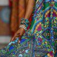 Mix de pulseiras em tons de azul, amarelo, verde e rosa são a cara do verão e podem combinar com as peças de roupa