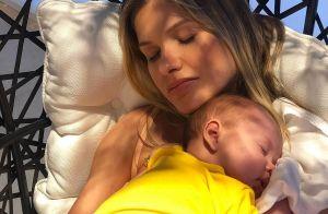 Andressa Suita conversa com o filho Samuel, de 2 meses: 'Se comportou?'. Vídeo!