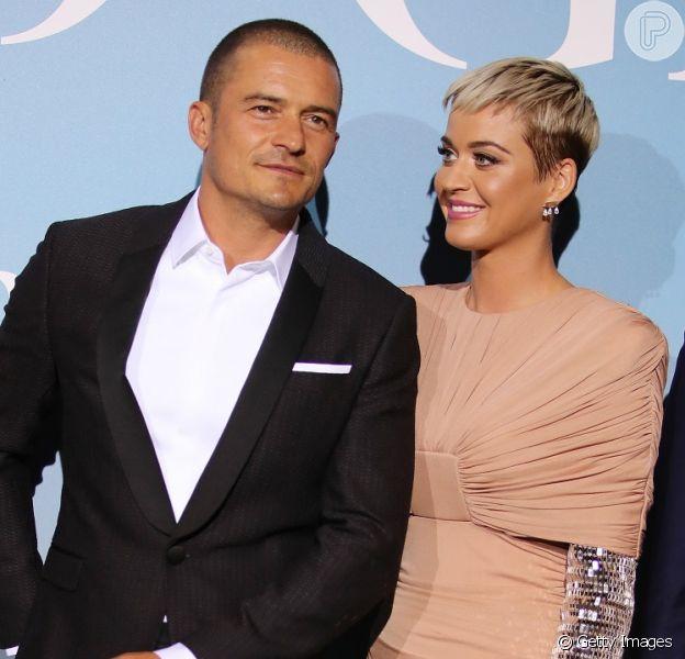 Katy Perry faz estreia no tapete vermelho (cinza) como o namorado, Orlando Bloom