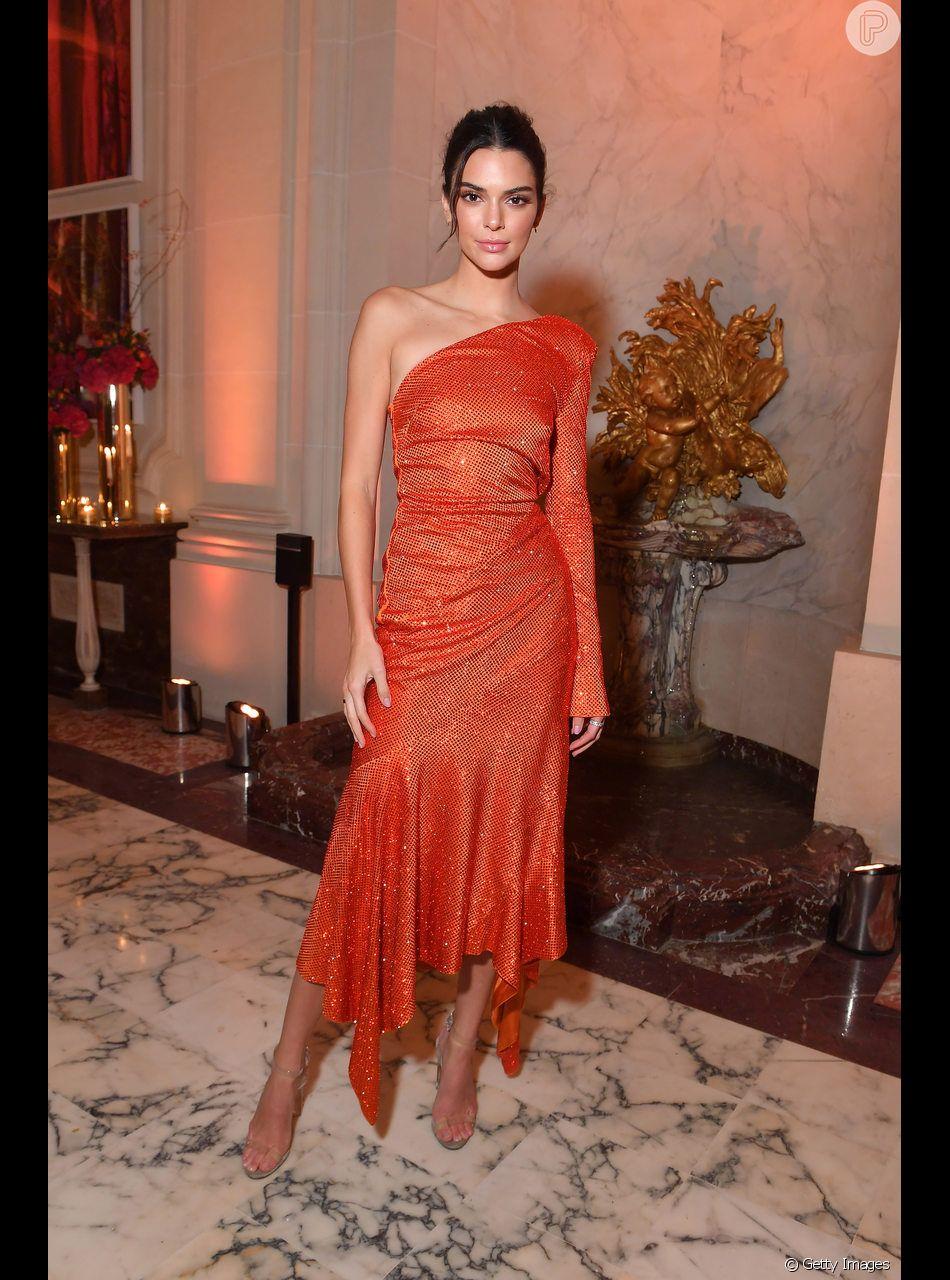 O vestido laranja de Kendall Jenner tinha um ombro só e partículas de  brilho para deixar o look com cara de festa 96e1888cf7