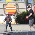 Murilo Benício aproveita manhã de sol para passear com o filho Pietro. Os dois andaram de skate na pista da Praça do Ó, localizada na Barra da Tijuca, no Rio