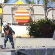 Murilo Benício aproveita manhã de sol para passear com o filho Pietro e andar de skate no Rio