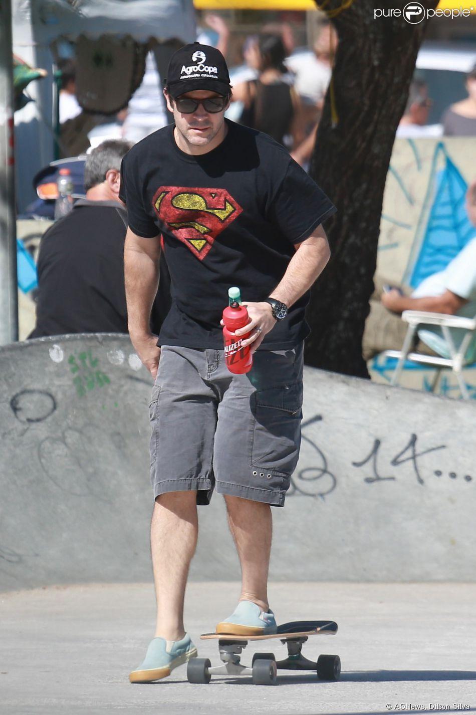 Murilo Benício anda de skate no Rio na manhã deste domingo, 17 de agosto de 2014