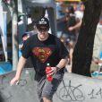 Murilo Benício aproveita manhã de sol para andar de skate no Rio