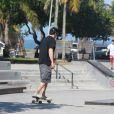Murilo Benício aproveita manhã de sol no Rio para andar de skate