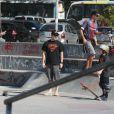 Murilo Benício aproveita manhã de sol no Rio para andar de skate com o filho Pietro