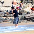 Murilo Benício parte tarde de domingo com o filho Pietro na praia do Leblon, no Rio