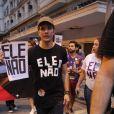 Daniel de Oliveira carregou um cartaz com a hashtag Ele Não