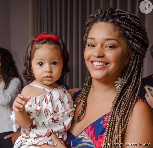 Juliana Alves posou com a filha, Yolanda, na festa de aniversário de Aline Dias neste domingo, 30 de setembro de 2018
