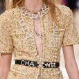 Tudo junto na Chanel: mix de colares e pulseiras no desfile da grife