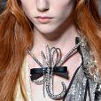 Maximalismo no modelo kitsch de colar da Miu Miu