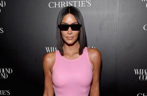 Kim Kardashian causa alvoroço ao posar com microbiquíni Chanel de R$ 6 mil