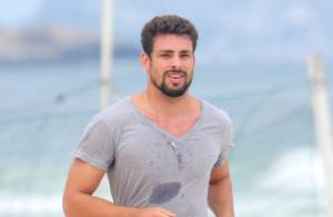 Cauã Reymond corre na praia e faz pausa para tirar fotos com fãs