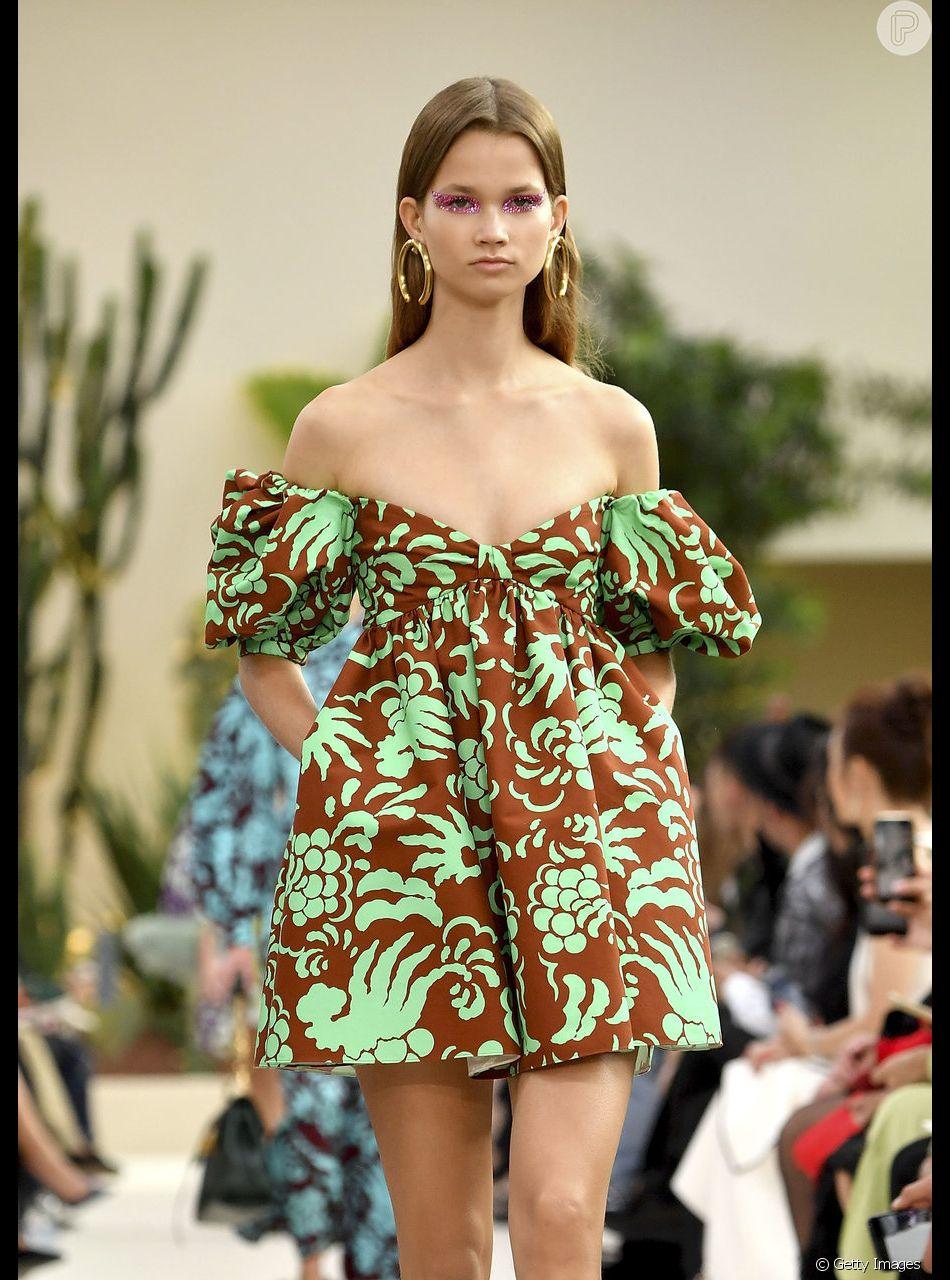 Vestido ombro a ombro é um dos favoritos para o próximo verão. Look bem menininha da Valentino