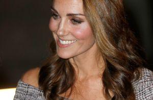 Kate Middleton usa vestido tweed com ombros de fora em visita a centro cultural