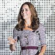Kate Middleton completou a produção com scarpins de veludo e clutch estruturada