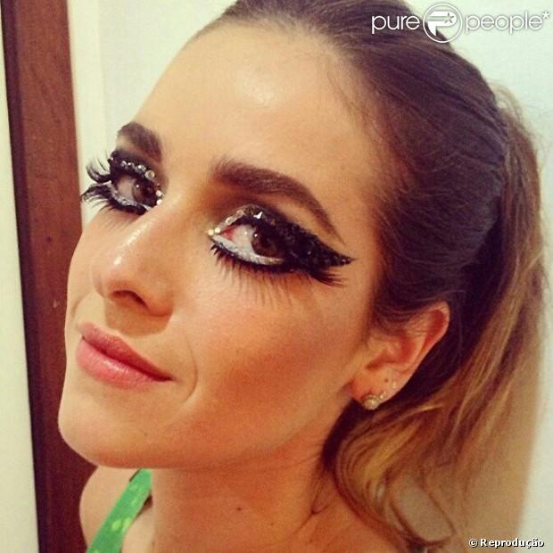 Com uma maquiagem em cristais e cílios grandiosos, Monique Alfradique foi destaque na Grande Rio