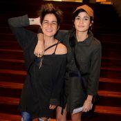 Programa de casal! Nanda Costa e Lan Lanh posam abraçadas em ida ao teatro