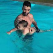 Diversão na piscina! Gusttavo Lima mostra filho Gabriel aprendendo a nadar. Veja