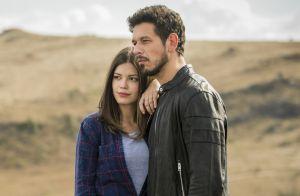 Vitória Strada e João Vicente de Castro aparecem abraçados em bastidor de novela