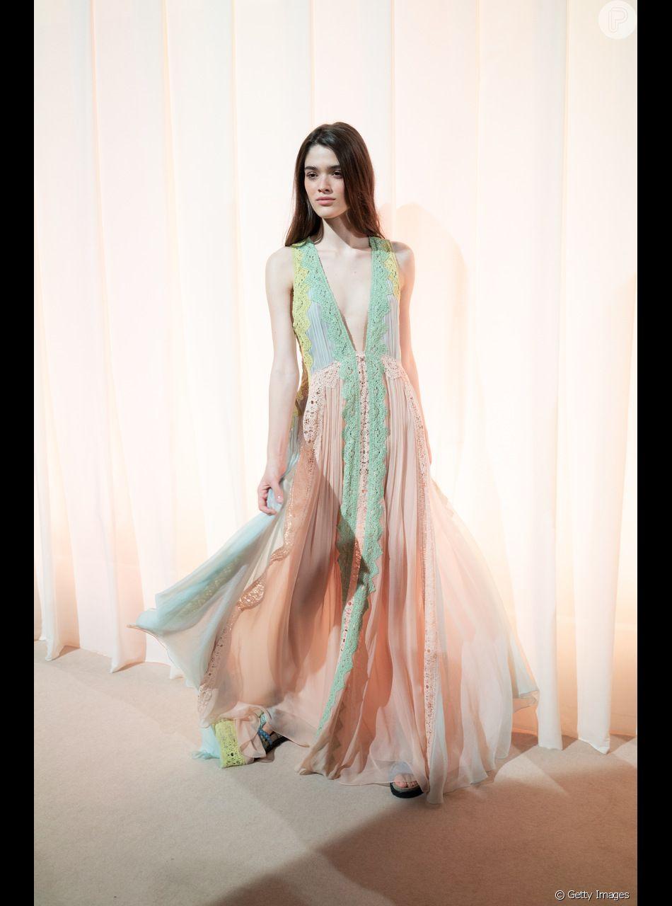 Os vestidos de princesa do verão 2019. Leve e com decote profundo de Alberta Ferretti