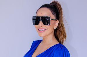 Salto transparente e óculos máscara: grávida, Sabrina Sato alia trends em look
