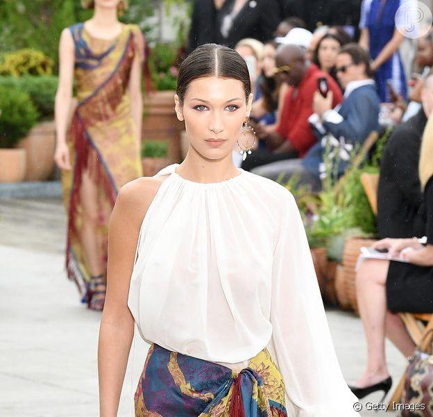 Franjas e plumas trazem balanço para os looks de verão. Bella Hadid veste Oscar de La Renta