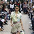 Camisa de manga curta é hit neste verão: em versão tropical na passarela da Leonard Paris