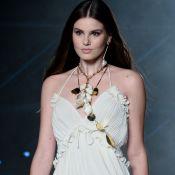 Camila Queiroz revive dias de modelo em evento da moda: 'Amo desfilar'