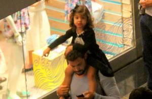Cauã Reymond vai ao teatro com a filha, Sofia, e carrega a menina nos ombros