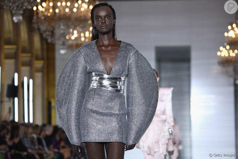 Os vestidos do verão 2019: vestido Balmain, curtinho, com brilho e ombros ampliados, tem a cara dos anos oitenta.