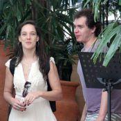 Adriana Birolli, de 'Império', almoça com o namorado em shopping do Rio