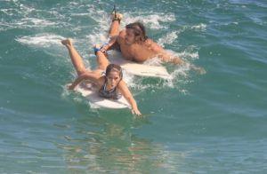 Radical! Isabella Santoni exibe boa forma ao surfar com o namorado. Veja fotos