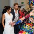 Meghan Markle e príncipe Harry conversam com atores em visita à escola de cinema