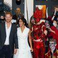 Meghan Markle e príncipe Harry posam com atores da Courtenay Creative